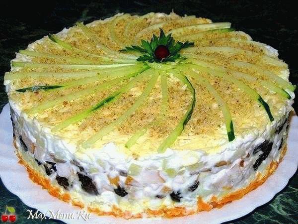 Слоеный торт с грибами, черносливом и курицей
