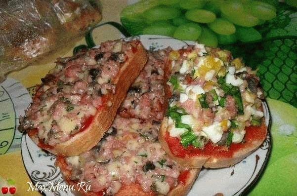 Горячие бутерброды с грибами и копченой колбасой