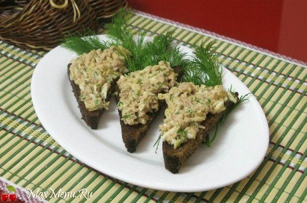 Закусочные гренки с салатом из печени трески