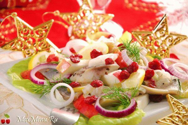 Рождественский салат из сельди, клюквы и яблок