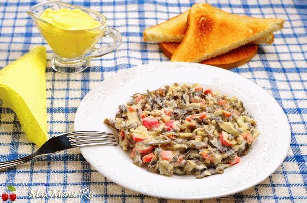 Простой салат из крабовых палочек и морской капусты