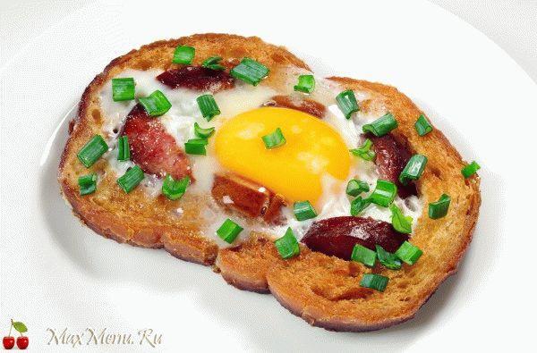 Яйцо в хлебе с колбасой