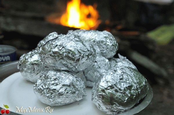 Запеченный картофель в фольге на углях
