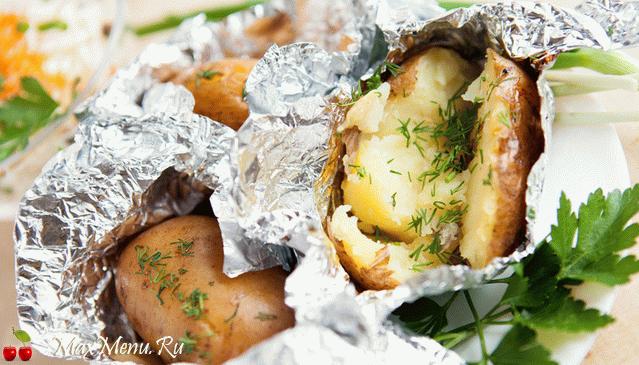Картофель с чесноком, запеченный в фольге