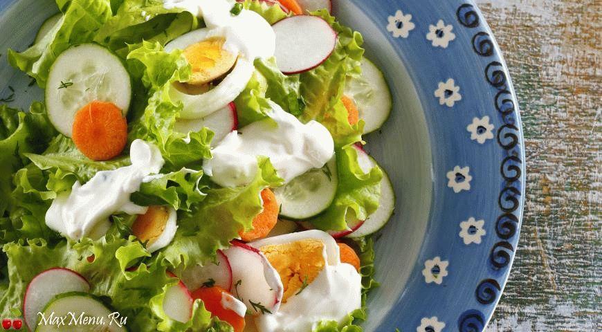 Летний салат из свежих овощей и яиц