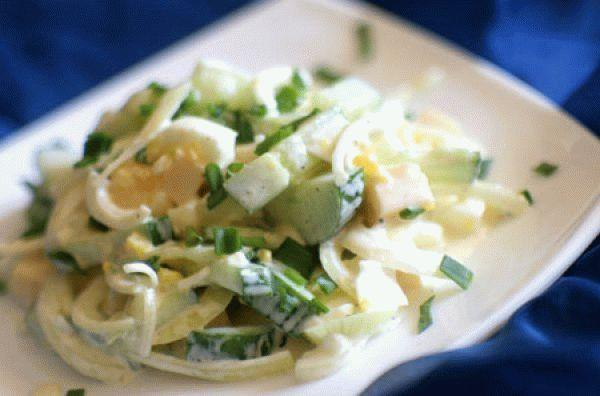 Сырный салат с огурцами и маринованным луком
