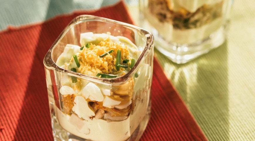 Яичный салат в бокалах