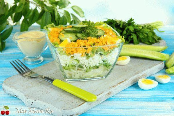 Слоеный салат из огурцов, яиц и капусты