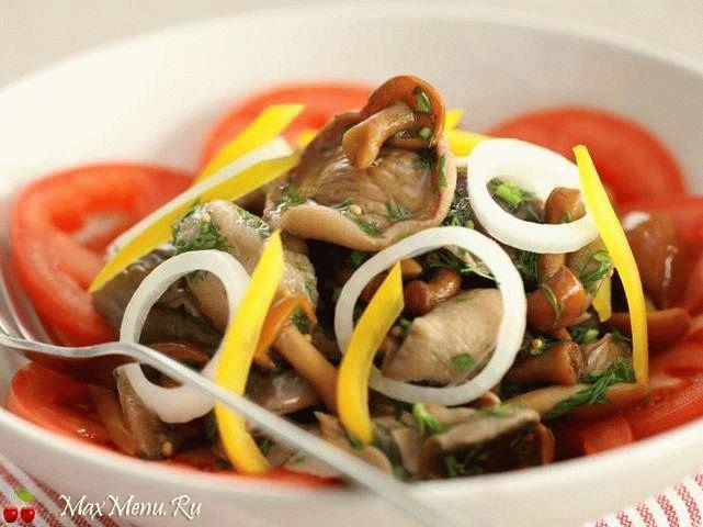 Салат с маринованными грибами с овощами