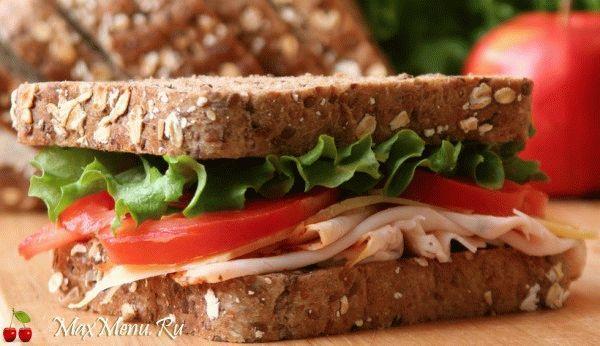 Сэндвич с ветчиной, помидорами и сыром