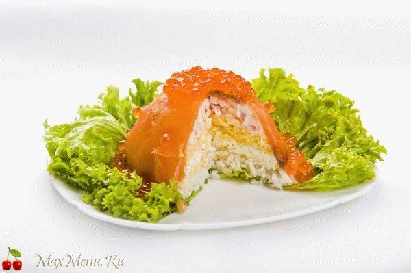 Новогодний салат с лососем и икрой