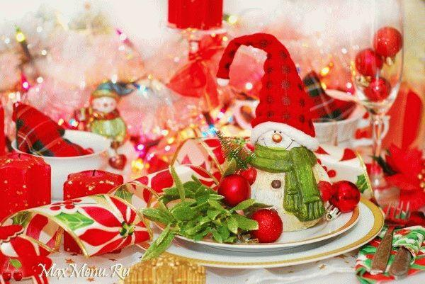 Как украсить новогодний стол елочными игрушками