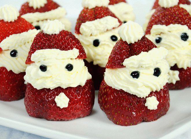 Десерты на Новый год: клубничные Деды Морозы