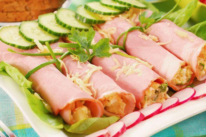 Ruletiki-iz-vetchiny-s-salatom