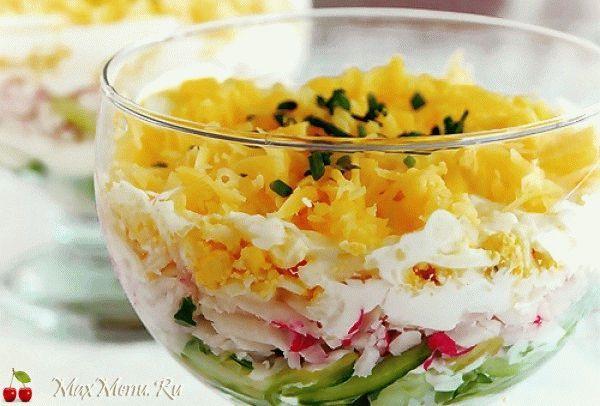Слоеный крабовый салат с огурцом