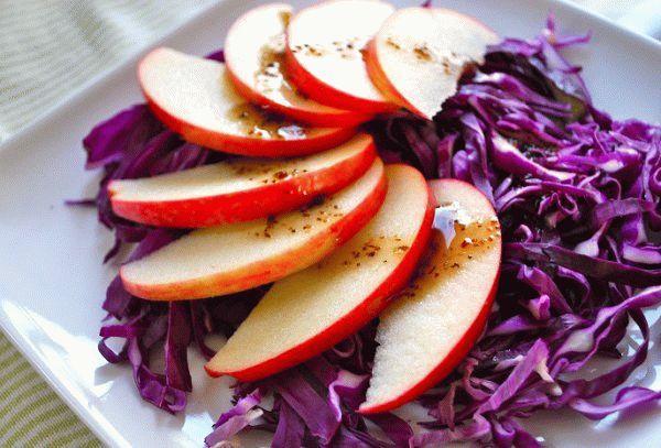 Салат из красной капусты с яблоком и орехами