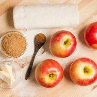 Слойки с яблоками