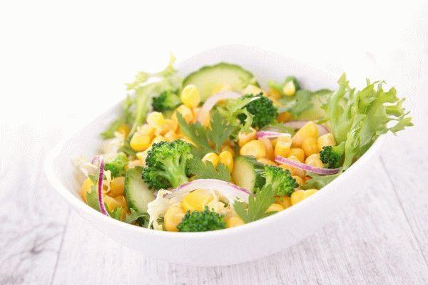 Салат из брокколи, огурцов и кукурузы