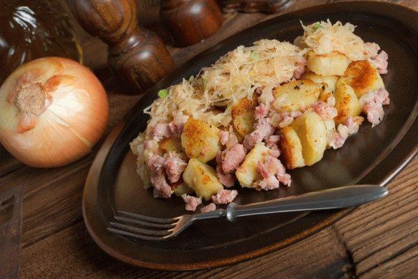 Картофельные клецки со свининой и кислой капустой