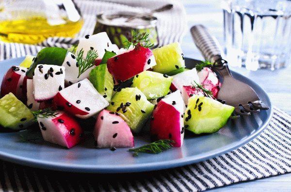 Салат из редиса и огурцов с фетой