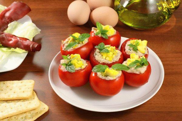 Фаршированные помидоры с яйцами