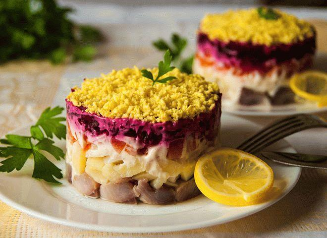 Салат с тунцом и салатными листьями изоражения